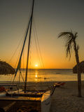 Tramonto blu della barca e della spiaggia della baia Fotografia Stock