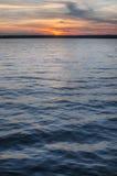 Tramonto blu ed arancio profondo sopra il lago Immagine Stock Libera da Diritti