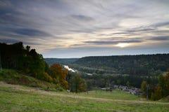 Tramonto brillante in Sigulda. Scena di autunno Fotografie Stock