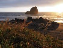 Tramonto caldo e giallo a Rocky Californian Beach Immagine Stock Libera da Diritti