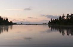 Tramonto calmo del lago Immagini Stock