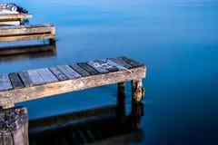 Tramonto calmo dell'acqua blu poco prima Fotografie Stock Libere da Diritti