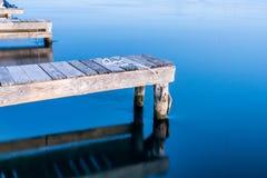 Tramonto calmo dell'acqua blu poco prima Fotografia Stock Libera da Diritti