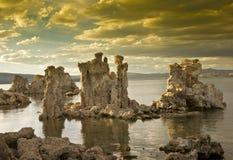 Tramonto chiaro sopra il mono lago Fotografie Stock