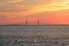 Tramonto con alta marea del ponte Fotografie Stock
