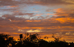 Tramonto con bello cielo blu immagini stock libere da diritti