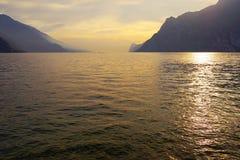 Tramonto con i bei colori su Lago di Garda, polizia del sul di Torbole, Italia del Nord Fotografia Stock Libera da Diritti