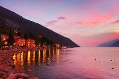 Tramonto con i bei colori su Lago di Garda, polizia del sul di Torbole, Italia del Nord Fotografia Stock