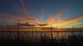 Tramonto con i colori sbalorditivi sopra il lago Colac in Victoria, Australia archivi video