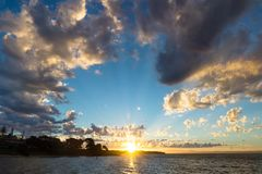 Tramonto con i raggi e cloudscape rotondo a Cowes, Phillip Island, Australia Fotografie Stock