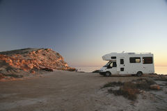 Tramonto con il campeggiatore al puntello 8 dell'oceano fotografia stock