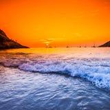 Tramonto con il cielo drammatico sopra il mare alla Tailandia fotografia stock