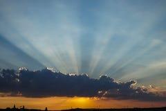 Tramonto con il cielo ed i raggi di sole d'ardore nel cielo fotografia stock libera da diritti