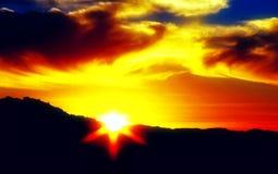 Tramonto con il cielo nuvoloso Immagini Stock