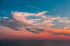 Tramonto con il cielo nuvoloso variopinto Corallo vivente fotografia stock