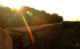 Tramonto con il merlo e la fossa ornamentali alla fortificazione del vellore Immagine Stock Libera da Diritti