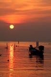 Tramonto con la barca sulla spiaggia tropicale fotografie stock libere da diritti