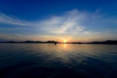 Tramonto con la barca a vela Immagini Stock Libere da Diritti