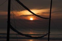 Tramonto con la rete di beach volley, tramonto della siluetta Immagini Stock