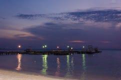Tramonto con le barche a vela ancorate sul mare dalla baia Immagini Stock Libere da Diritti