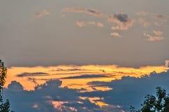 Tramonto con le nuvole blu immagine stock