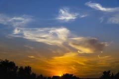 Tramonto con le nuvole drammatiche ed i colori Fotografie Stock Libere da Diritti