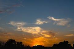 Tramonto con le nuvole drammatiche ed i colori Immagini Stock Libere da Diritti