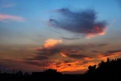 Tramonto con le nuvole drammatiche ed i colori Immagine Stock Libera da Diritti
