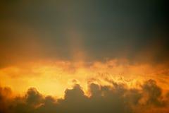 Tramonto con le nuvole sul cielo dorato Fotografia Stock Libera da Diritti