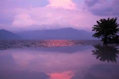 Tramonto con le riflessioni, lago Toba Immagini Stock Libere da Diritti