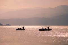Tramonto con 2 navi nel lago Qionghai in Sichuan della Cina fotografia stock