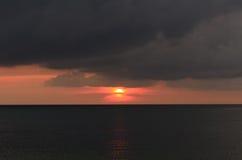 Tramonto con nuvoloso scuro nell'oceano nero, stagione estiva Fotografie Stock Libere da Diritti