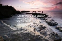 Tramonto confuso sulla spiaggia con la citazione ispiratrice - là una linea sottile fra pesca ed appena stare sulla riva come un' fotografia stock libera da diritti