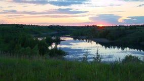 Tramonto contro lo sfondo del fiume archivi video