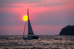 Tramonto Costa Rica della barca a vela Immagine Stock