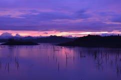 Tramonto crepuscolare nel lago Immagini Stock Libere da Diritti