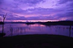 Tramonto crepuscolare nel lago Fotografie Stock
