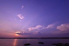 Tramonto crepuscolare nel lago Immagine Stock