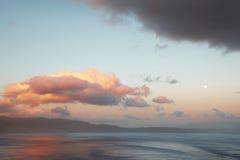 Tramonto in Creta con la luna piena Paesaggio Mediterraneo La Grecia Fotografia Stock