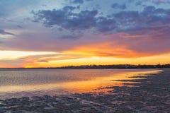 Tramonto d'ardore vivo alla spiaggia della riviera di Inverloch, Australia Immagine Stock