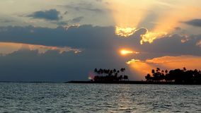 Tramonto dal mare nell'isola di Bali stock footage