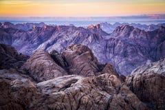 Tramonto dalla sommità del Mt Sinai nella regione della st Catherine dell'Egitto fotografie stock