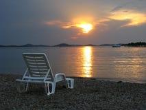 Tramonto dalla spaccatura, Croazia - chaise bianche della spiaggia Fotografia Stock Libera da Diritti