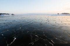 Tramonto dalla spiaggia, progetto di inverno del ghiaccio fotografie stock libere da diritti