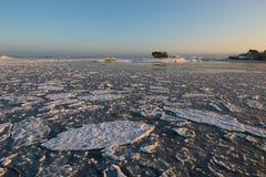 Tramonto dalla spiaggia, progetto di inverno del ghiaccio fotografia stock