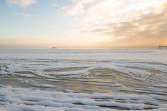 Tramonto dalla spiaggia, progetto di inverno del ghiaccio immagini stock libere da diritti