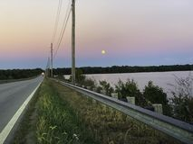 Tramonto dalla strada del lago fotografia stock libera da diritti