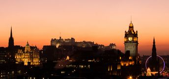 Tramonto del castello di Edinburgh immagini stock libere da diritti