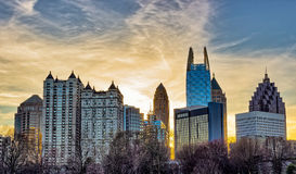 Tramonto del centro di Atlanta con le costruzioni nella priorità alta Fotografie Stock