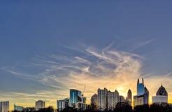 Tramonto del centro di Atlanta con le costruzioni nella priorità alta Fotografia Stock
